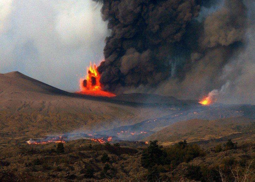 歐洲最活躍的火山埃特納火山26日引發芮氏規模4.8的地震,所幸在截稿前,並沒有傳...