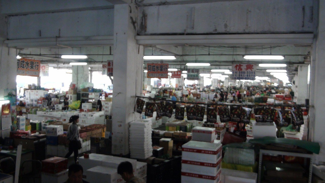 高雄市長韓國瑜上任第一天就夜宿果菜市場,凌晨三點要和攤商聊天、話家常。記者謝梅芬...