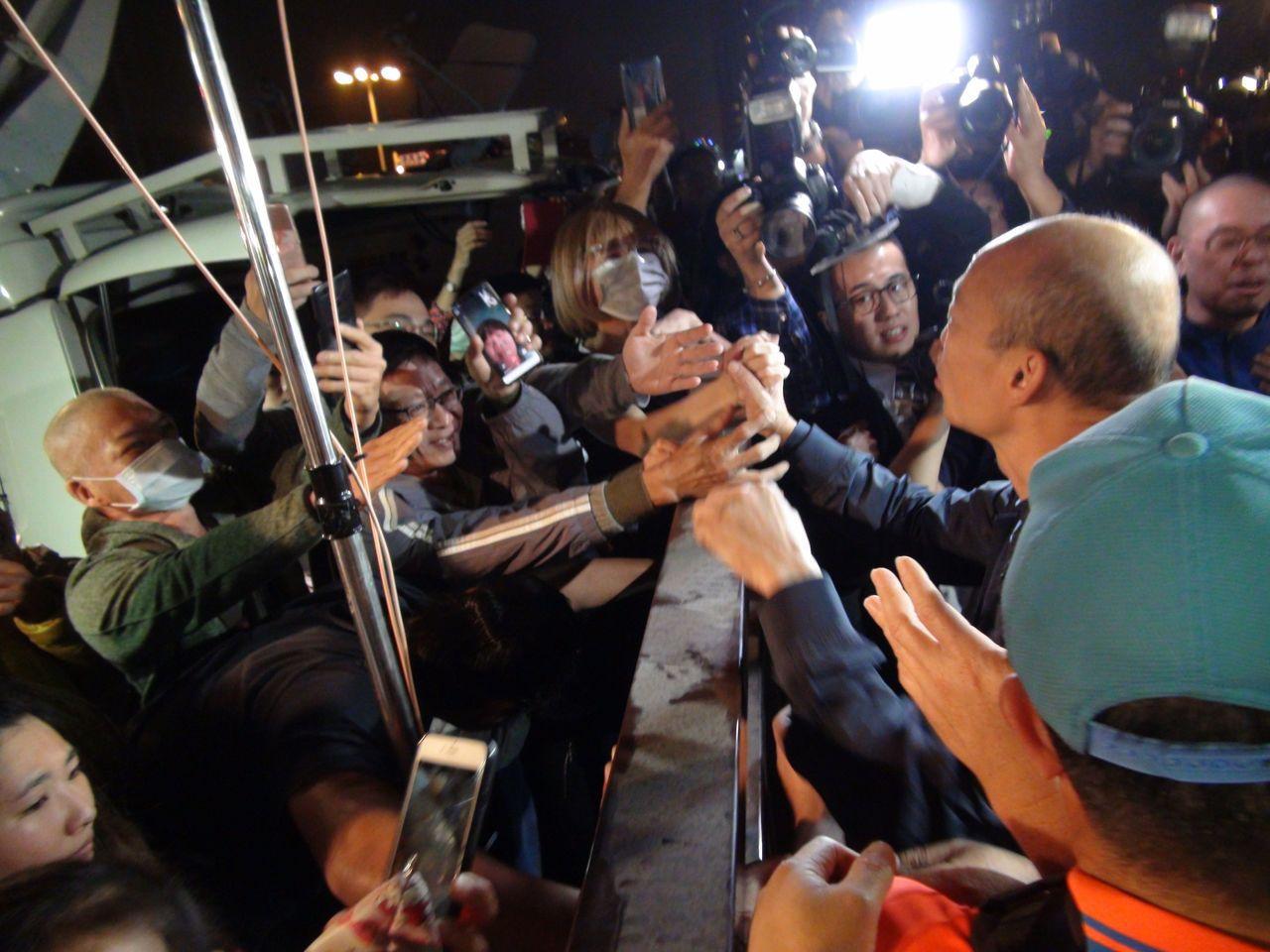 高雄市長韓國瑜到果菜市場受到民眾熱烈歡迎。記者謝梅芬/攝影