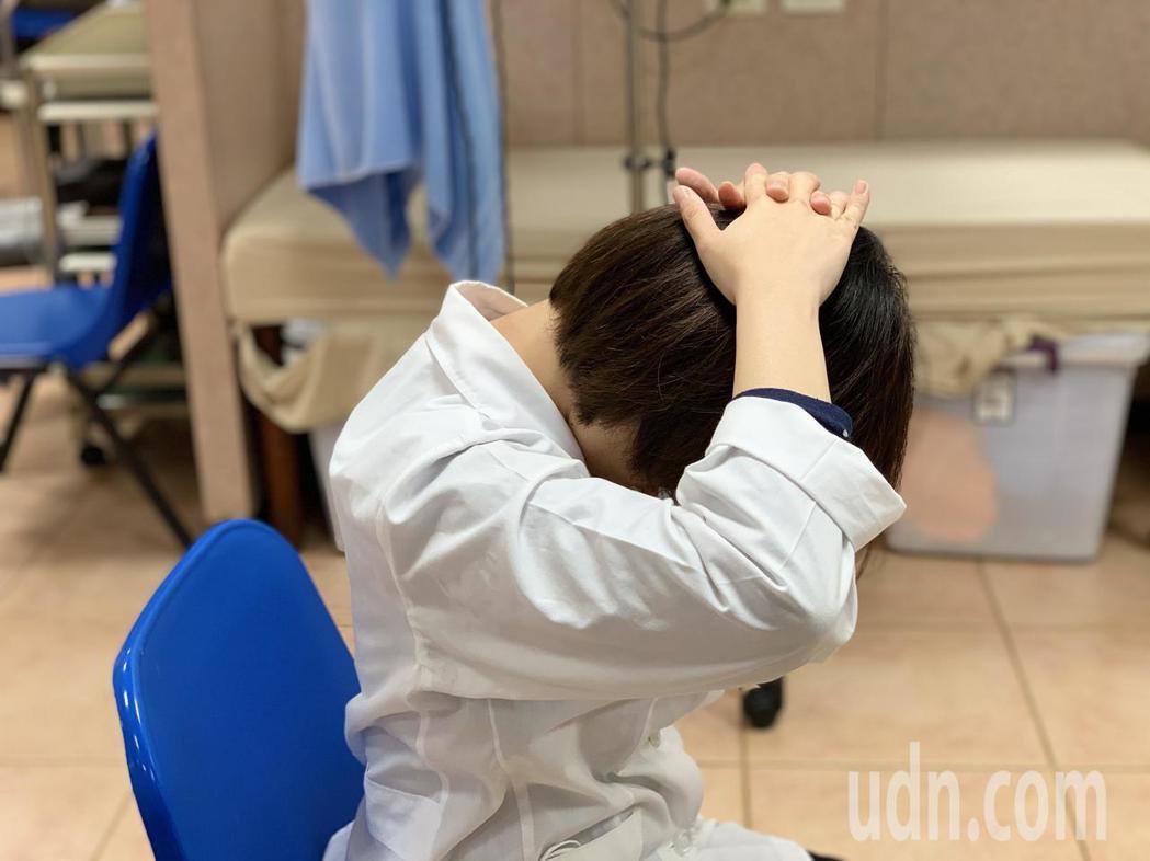 物理治療師陳美君示範3式伸展運動緩解肩頸僵硬痠痛:第3式「頸部後側拉筋」,先維持...