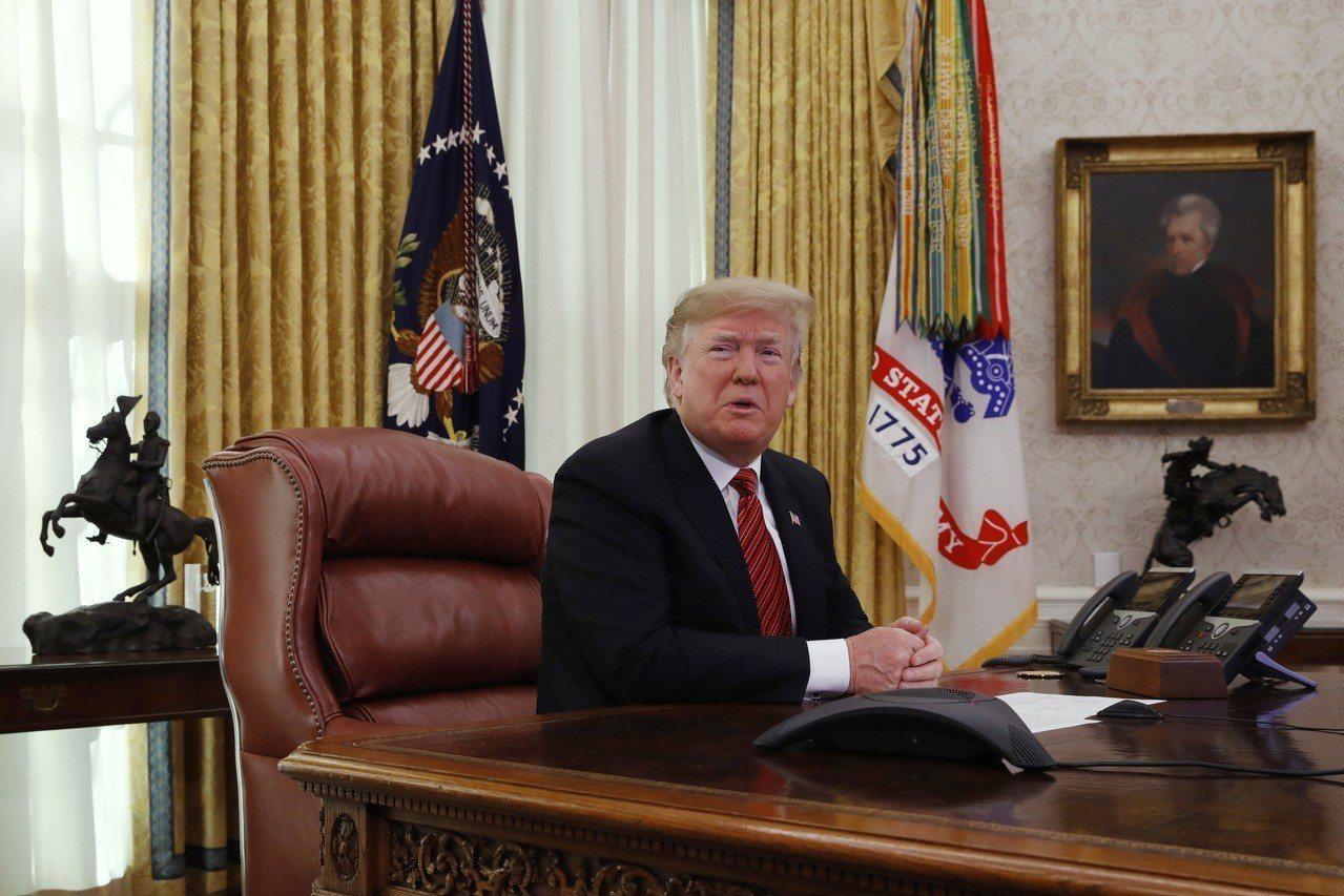 美國總統川普25日在白宮接受記者提問。美聯社