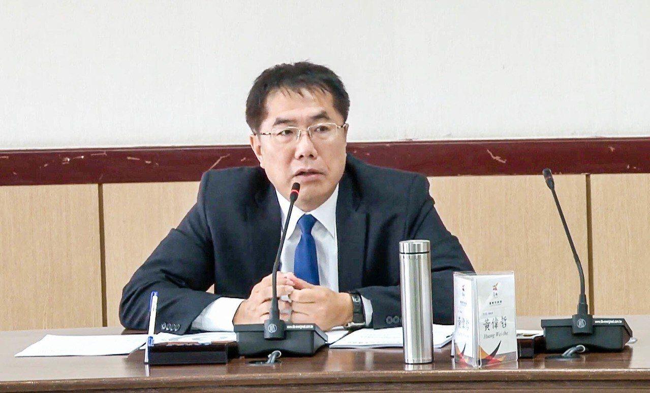 台南市長黃偉哲上任第二天,一早主持市政會議。記者鄭維真/翻攝