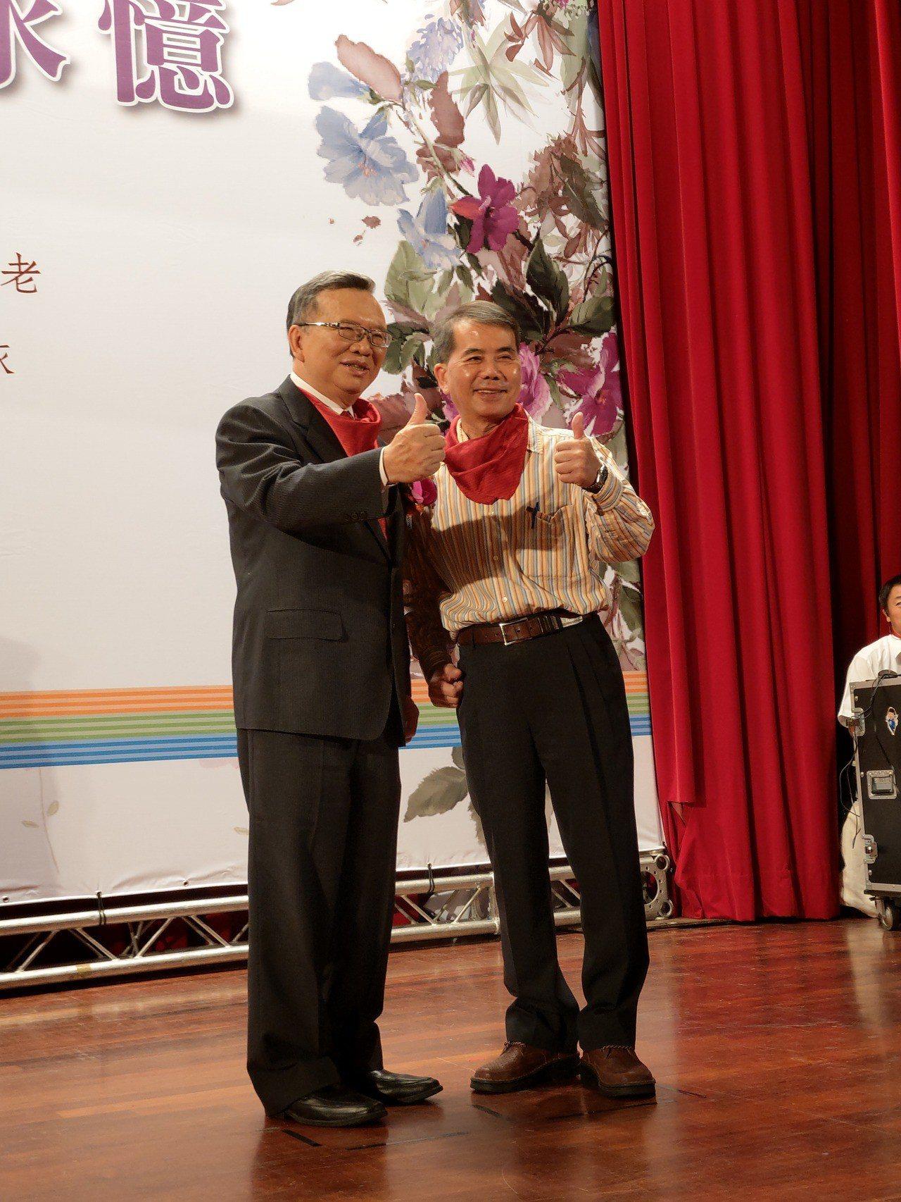 中華電信董事長鄭優(左)歡送退休同仁。 記者黃晶琳/攝影