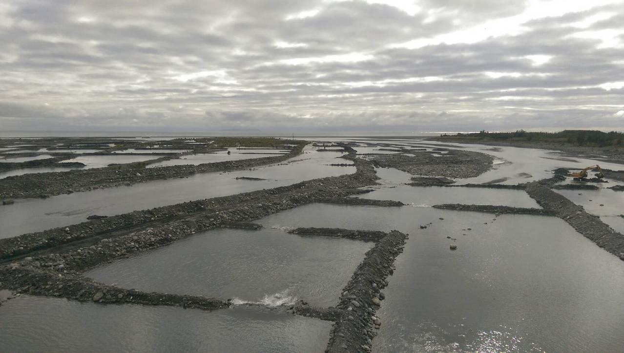 台東卑南溪風飛沙問題,「水覆蓋」是目前解決揚塵最好的方法。記者尤聰光/攝影