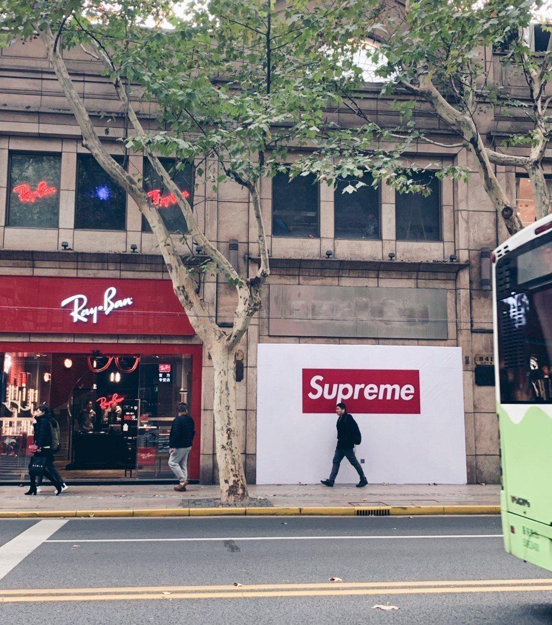 中國網友在上海淮中路看到正在裝修的Supreme店面。圖/摘自微博
