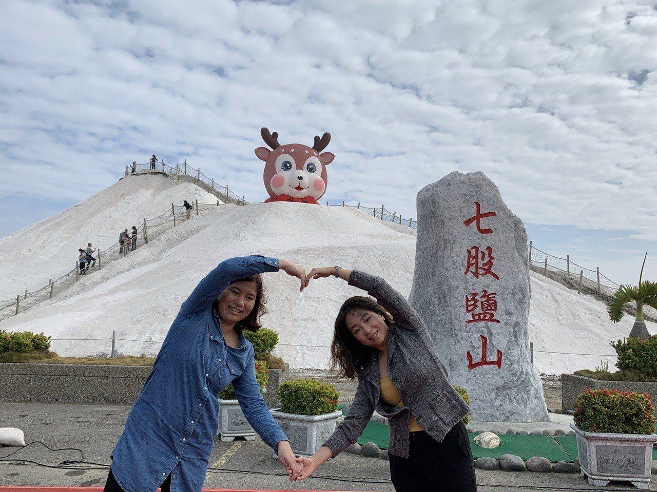 七股鹽山大型裝置藝術「萌鹿」今天亮相,可愛萌樣吸引遊客拍照打卡。記者吳淑玲/攝影