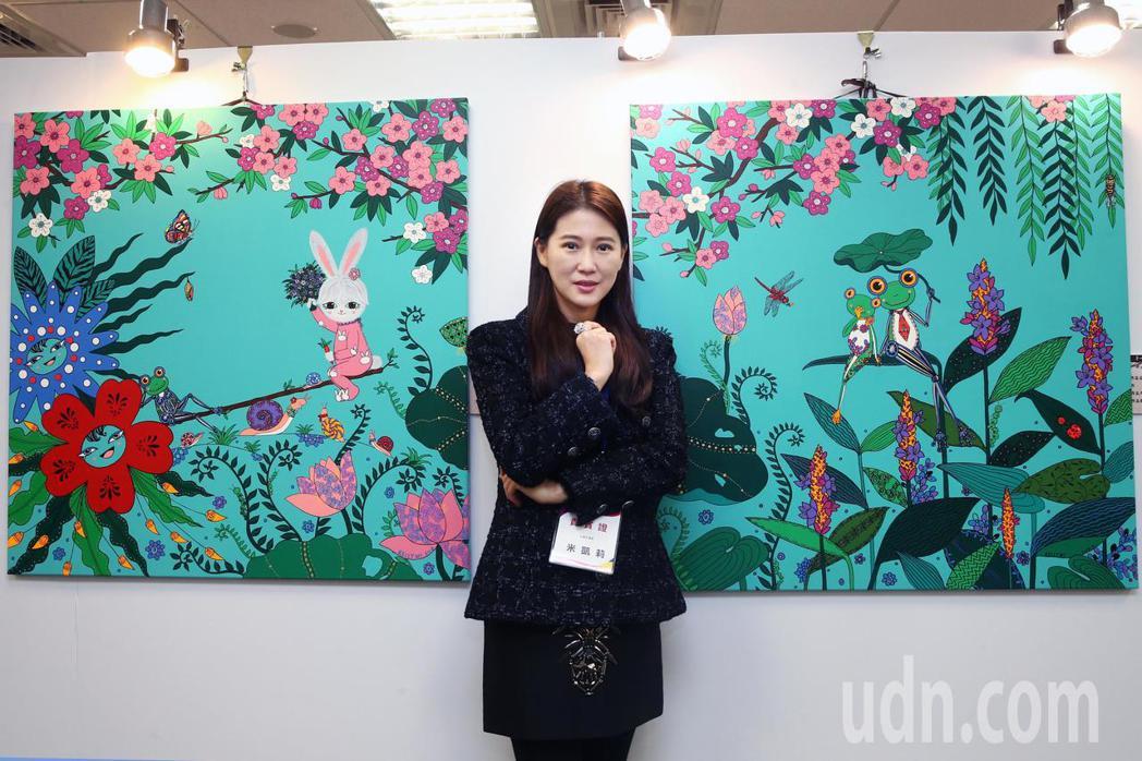 米凱莉與她的作品參與第七屆海峽兩岸電視藝術節展出。記者蘇健忠/攝影