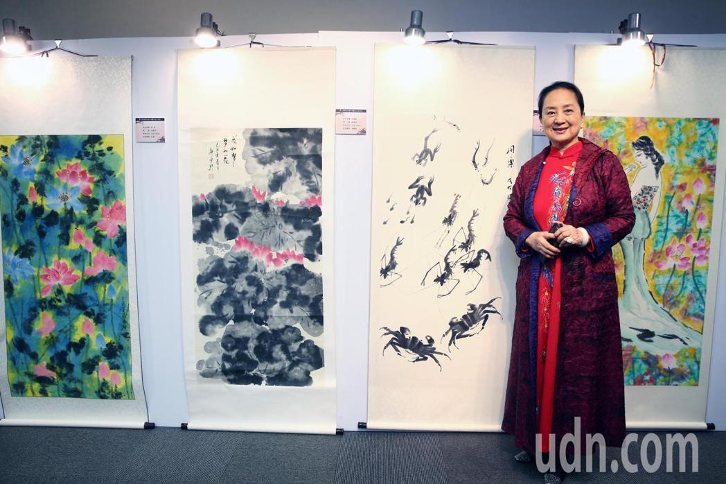 張金玲與她的作品參與第七屆海峽兩岸電視藝術節展出。記者蘇健忠/攝影