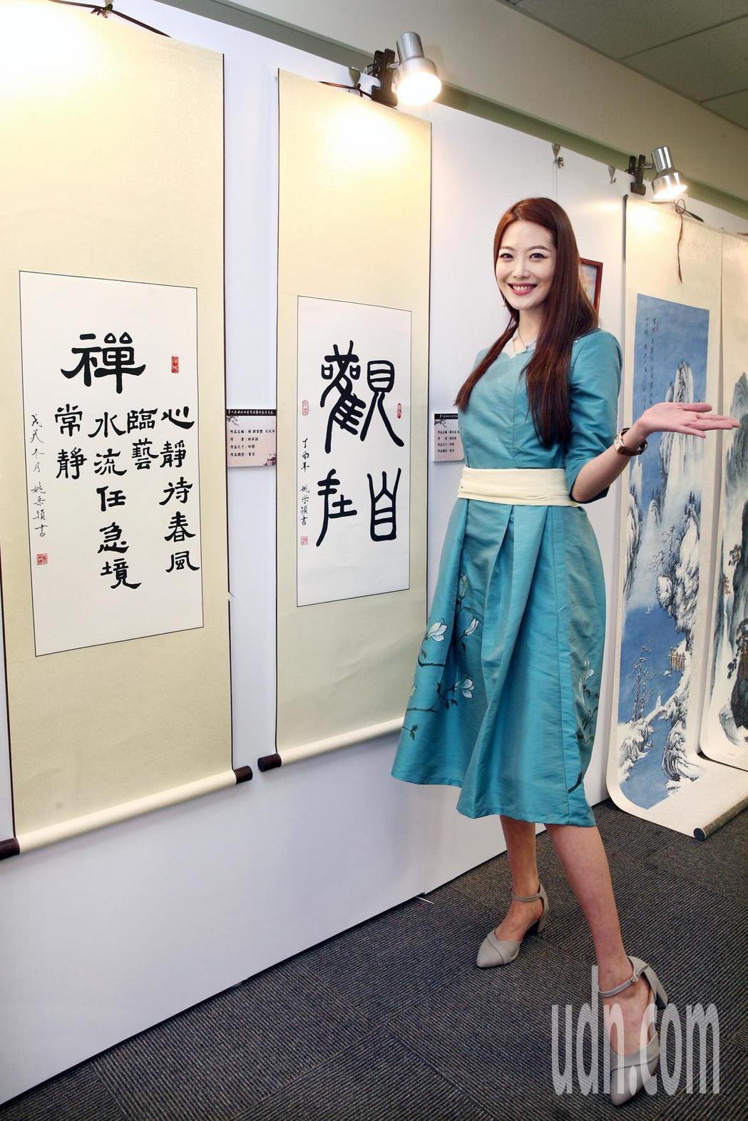 姚采穎與她的作品參與第七屆海峽兩岸電視藝術節展出。記者蘇健忠/攝影