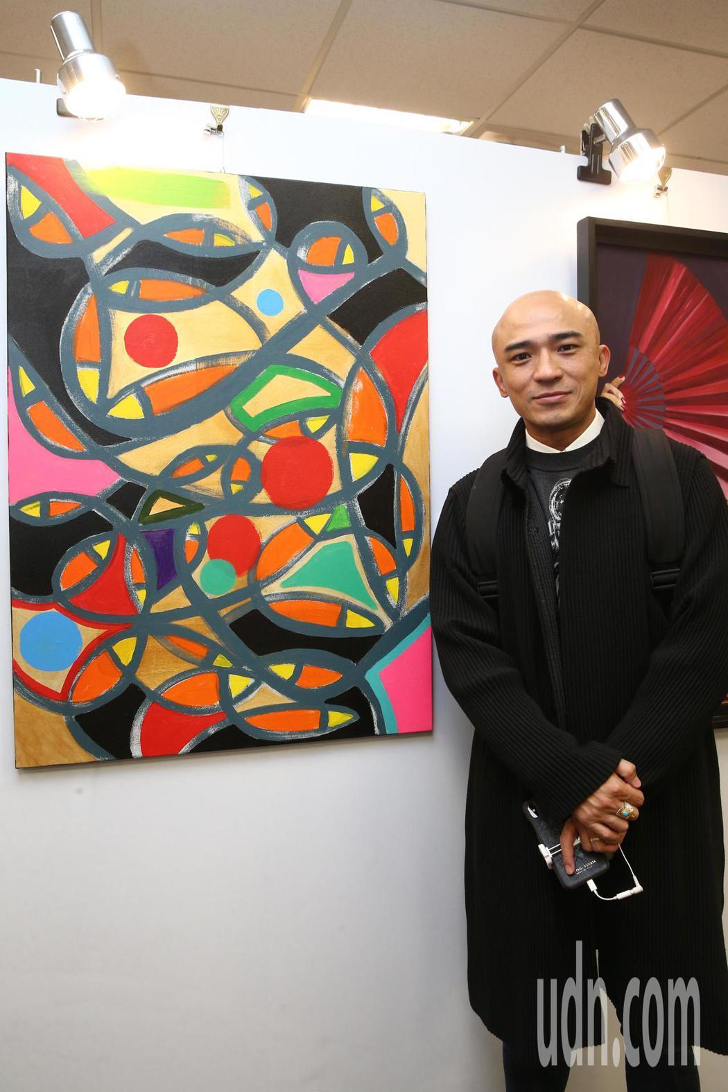 小馬與他的作品參與第七屆海峽兩岸電視藝術節展出。記者蘇健忠/攝影