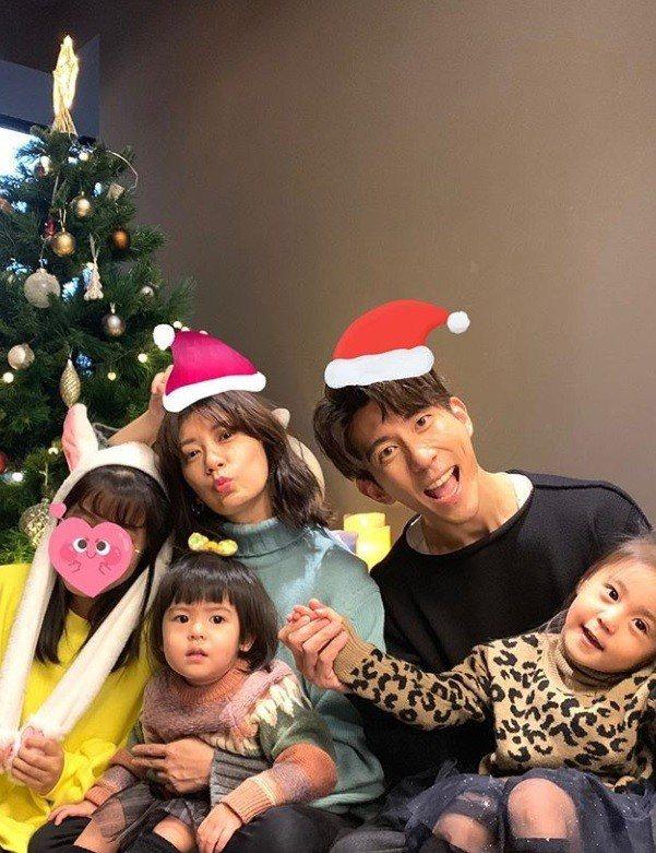賈靜雯與修杰楷與三個女兒咘咘、Bo妞和Angela換上應景的毛衣與衛衣,五顏六色...