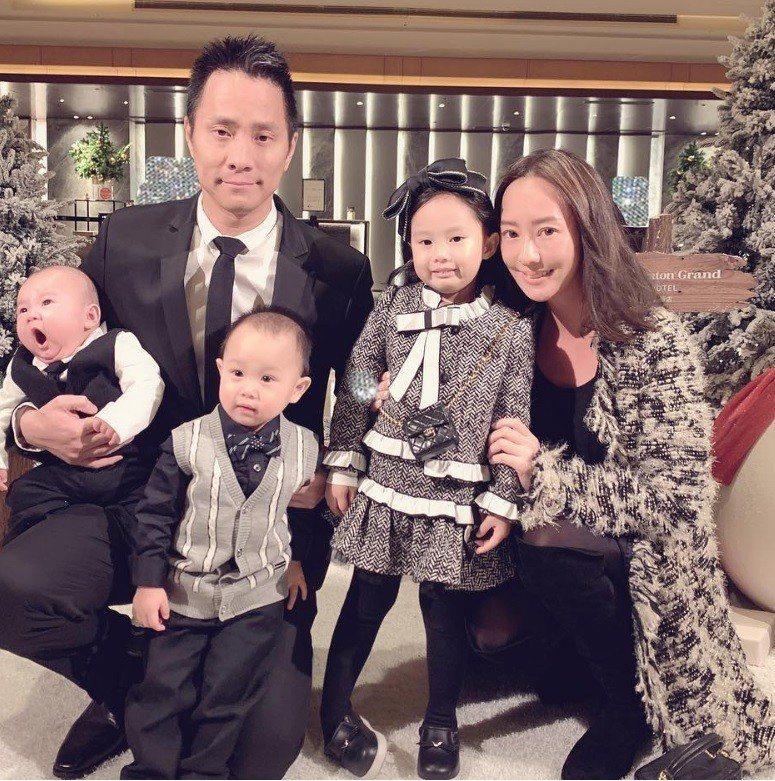 時尚媽咪關穎以香奈兒長版外套穿出溫暖貴氣,女兒CC和兒子PhiPhi也跟媽咪一樣...