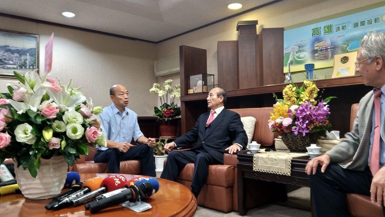 王金平(中)拜會韓國瑜,談到管案,表示昨晚有致電葉俊榮表示安慰。記者蔡孟妤/攝影
