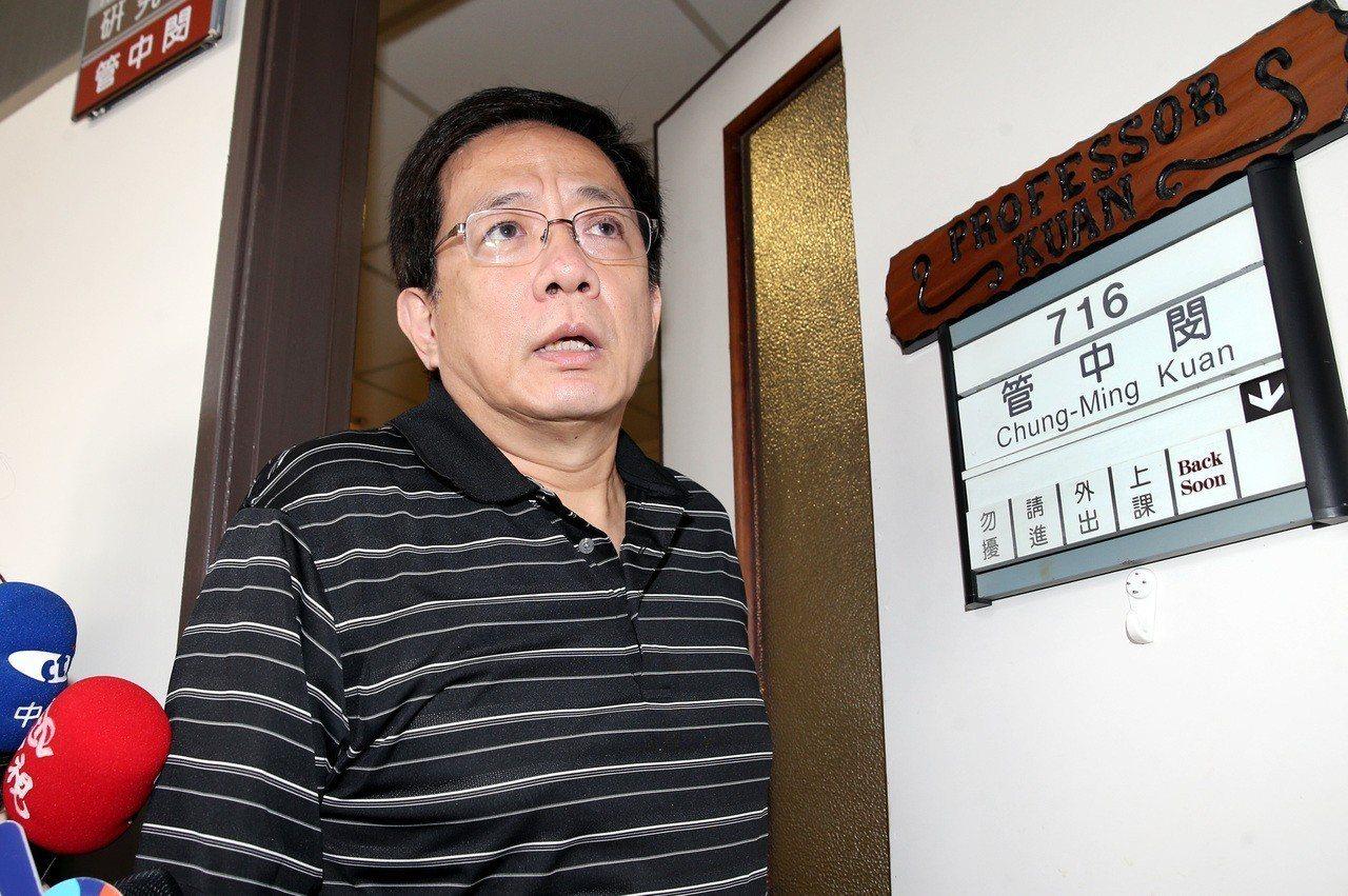 台大校長當選人管中閔今天被媒體報導,過去擔任公職期間以不具名方式在周刊寫專欄,幾...