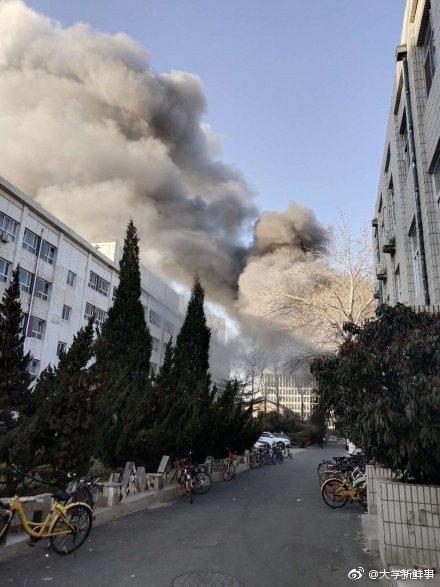 北京交通大學東校區2號樓實驗室26日上午發生爆炸起火。(取自微博)
