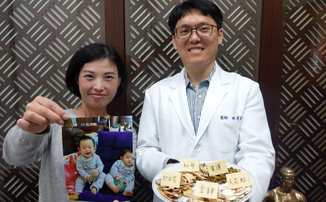 鄭姓婦人(左)開心拿著8個月大的龍鳳胎照片,與中醫師林育誠(右)分享喜悅。記者趙...