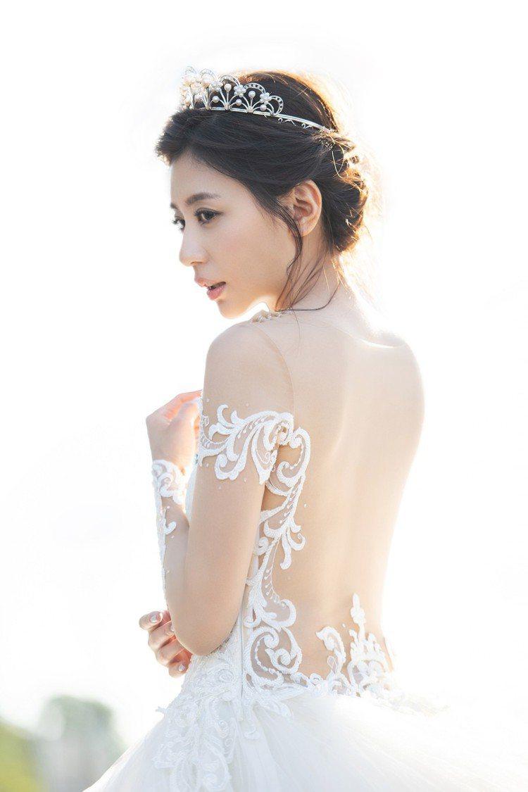 賈靜雯婚紗照頭戴TASAKI Tiara珍珠鑽石皇冠身著長襬純白婚紗。圖/TAS...