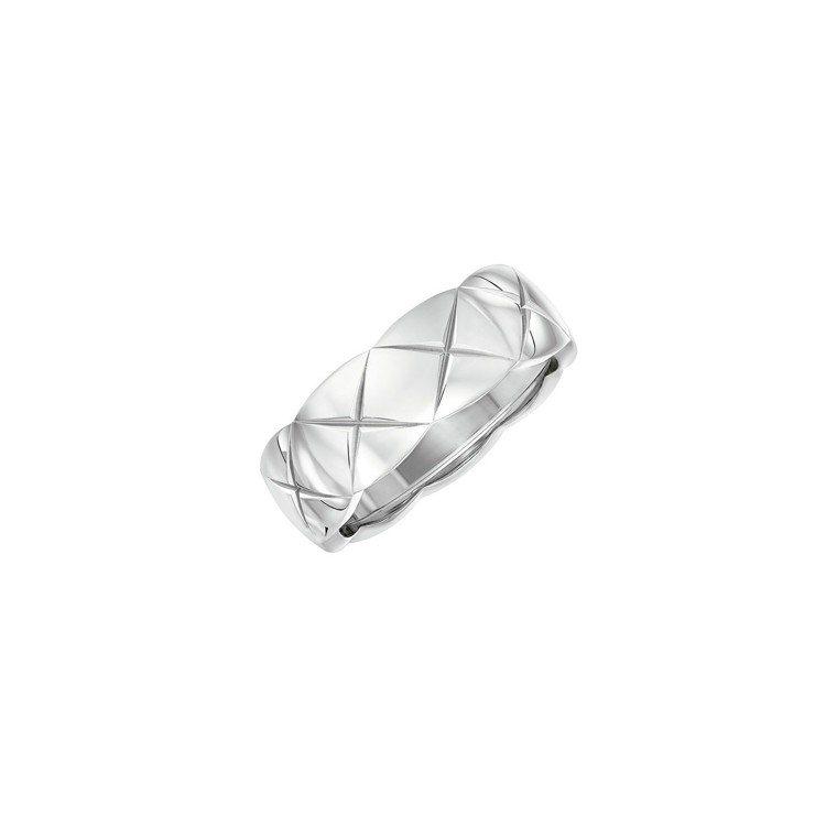 在雜誌封面婚紗照上,閔孝琳配戴Coco Crush Ring 18K白金戒指小型...