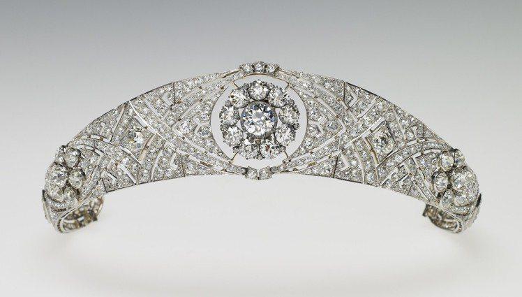 梅根於婚禮上配戴鑽石冠冕是英國女王伊莉莎白二世的收藏。圖/Royal Colle...