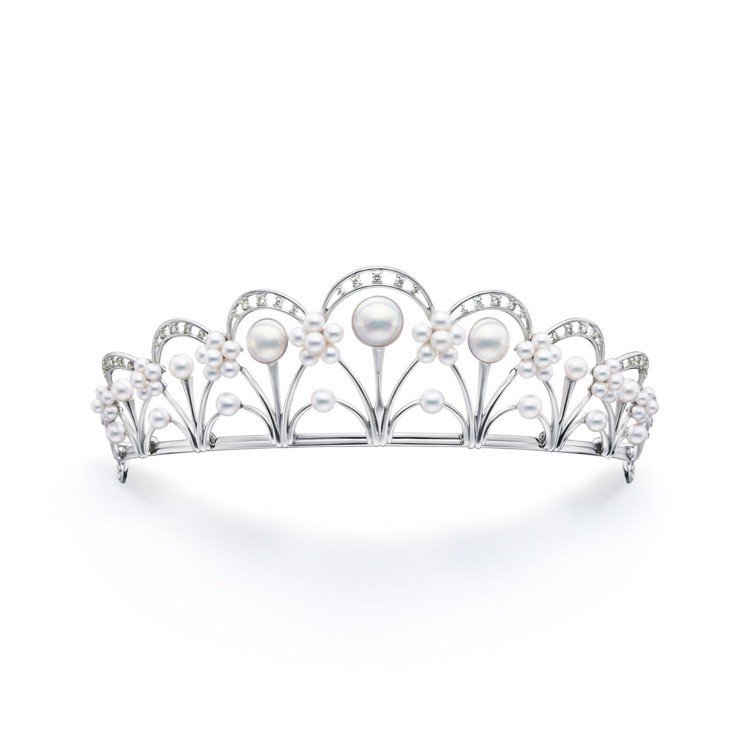 賈靜雯婚紗照配戴的TASAKI Tiara 鑽石珍珠皇冠,價格店洽。圖/TASA...