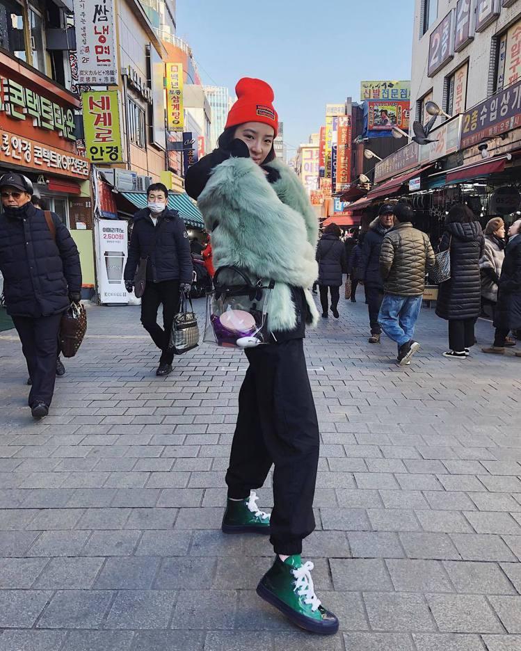 Irene Kim配戴豬年限定透明PVC托特包。圖/取自IG