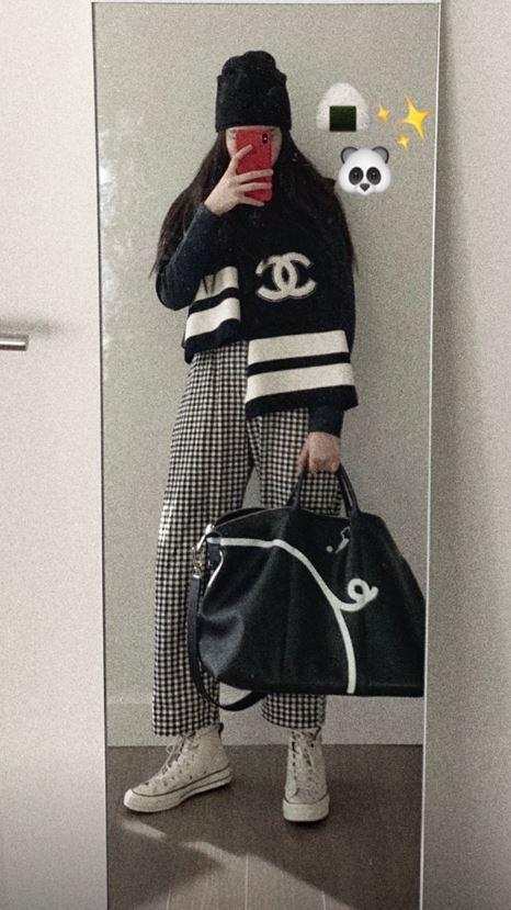 歐陽娜娜配戴豬年限定旅行袋,拍出調皮女孩的模樣。圖/LONGCHAMP提供