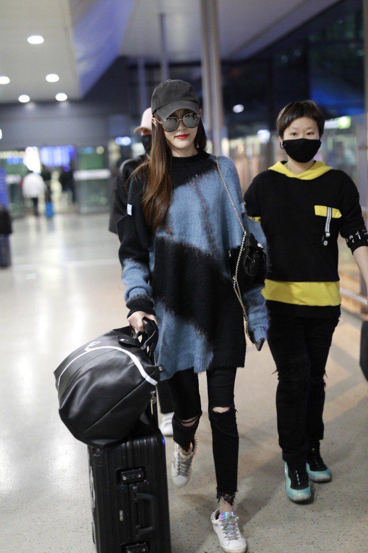 大陸演員唐嫣帥氣詮釋豬年限定旅行袋。圖/LONGCHAMP提供數位用圖