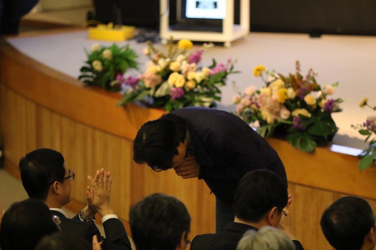葉俊榮在歡送會上表達不捨,對來賓及同仁深深一鞠躬。圖/教育部提供
