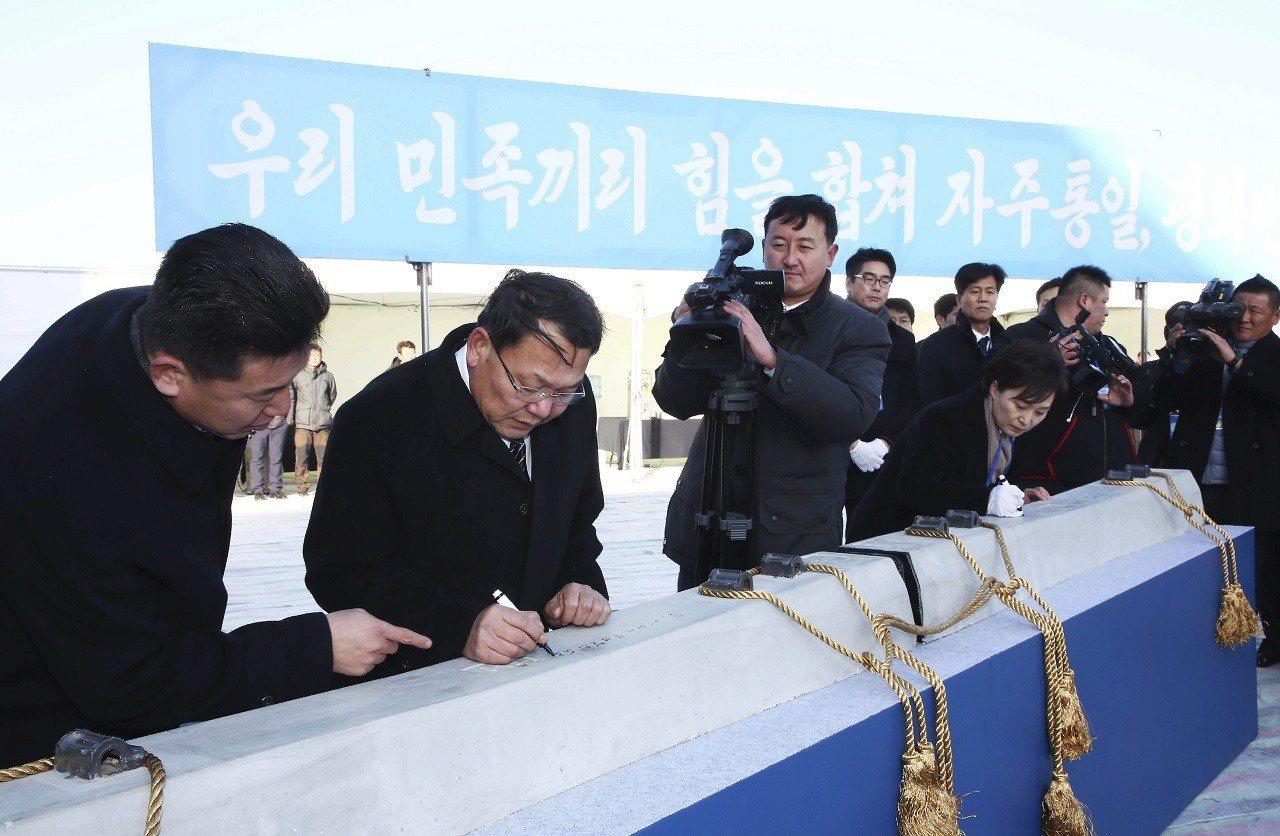 南北韓26日在北韓開城的板門站舉行兩韓鐵公路現代化與對接計畫破土儀式。南韓國土交...
