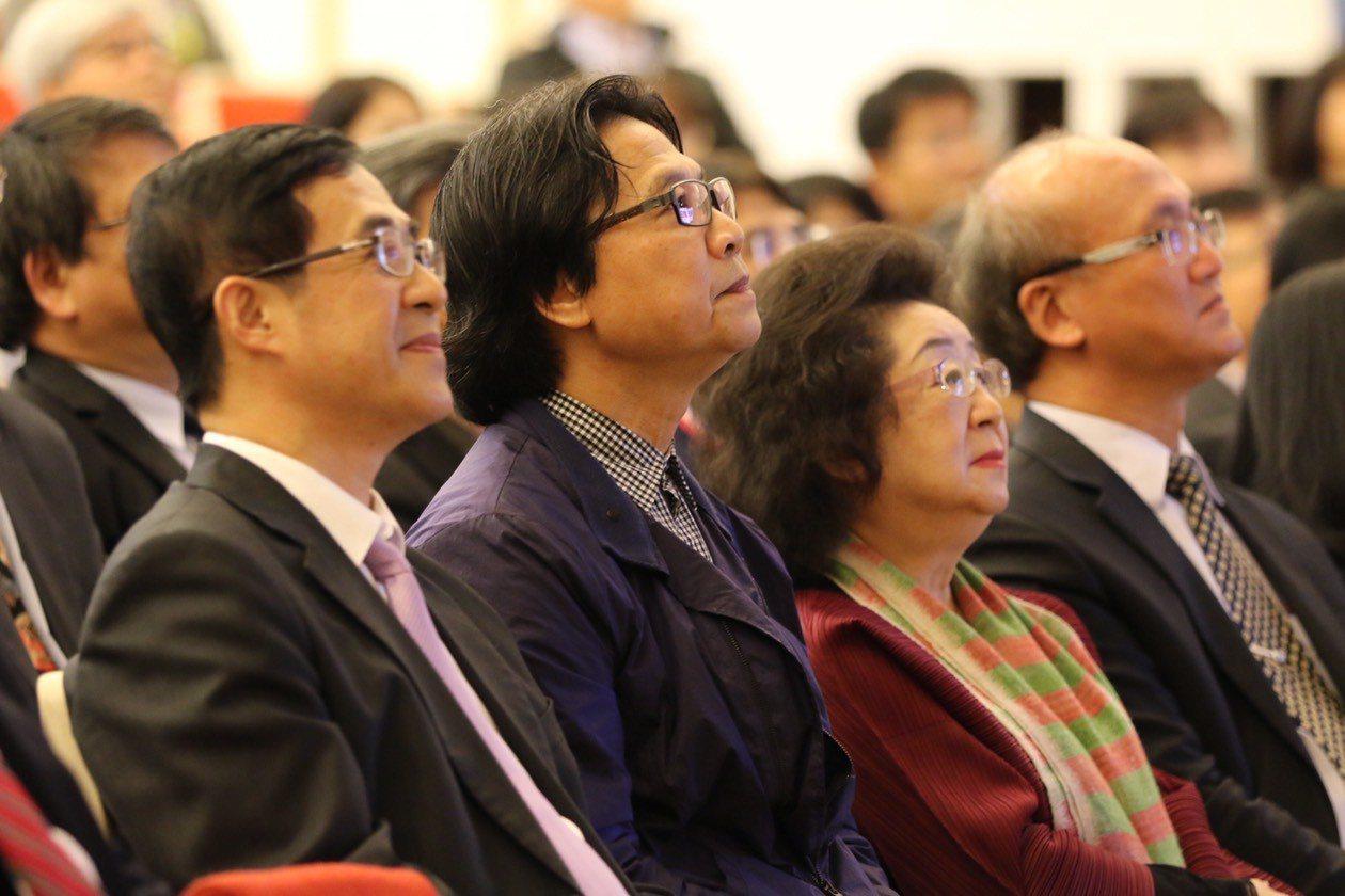 前教育部長葉俊榮(左二)、次長兼代理部長姚立德(左一)、政次范巽綠(右二)、常次...