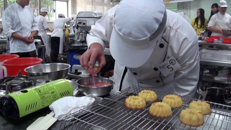 參賽學生使用高雄在地農特產,巧心製作具有高雄意象的西點。記者王昭月/攝影