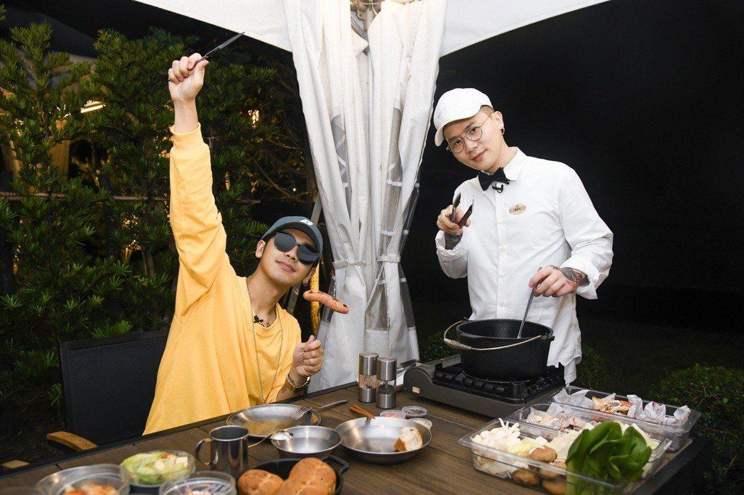 蕭秉治(右)為鼓鼓烹煮美味的石頭火鍋。圖/相信提供
