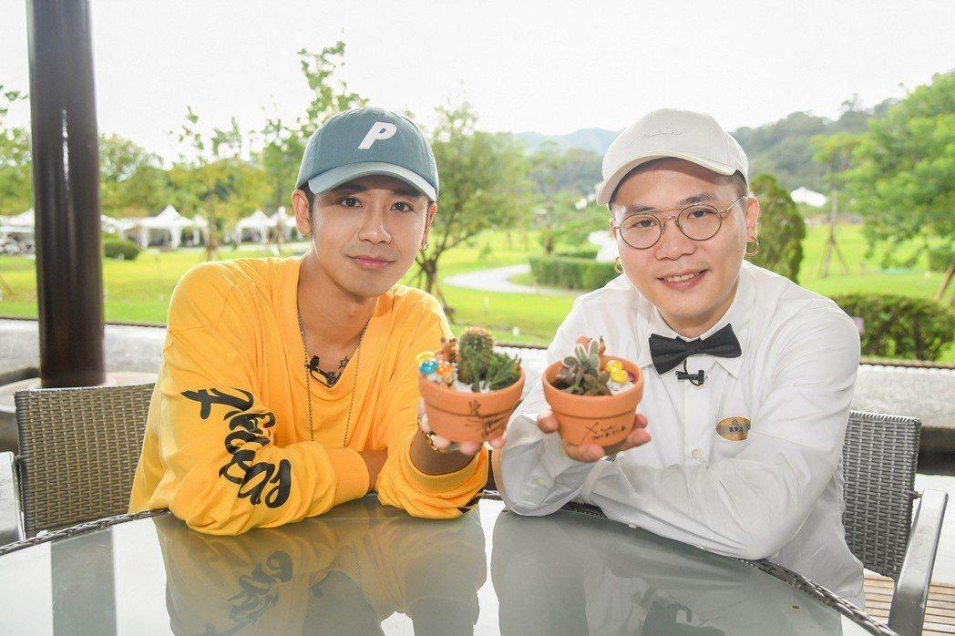 蕭秉治(右)、鼓鼓會送出親手做的多肉植物。圖/相信提供