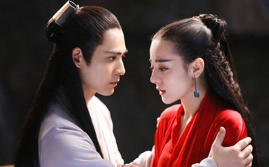 周渝民(左)、迪麗熱巴主演的「烈火如歌」受歡迎。圖/LINE TV提供