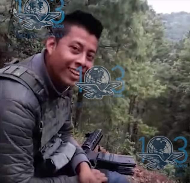 影片中的黑幫殺手面帶笑容對警察開槍。(取自英國每日郵報)