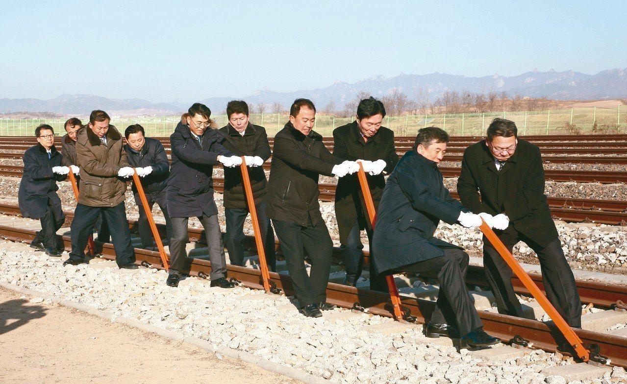 南北韓代表廿六日舉行兩韓東西岸跨境鐵公路的對接與升級工程動土儀式。 (歐新社)