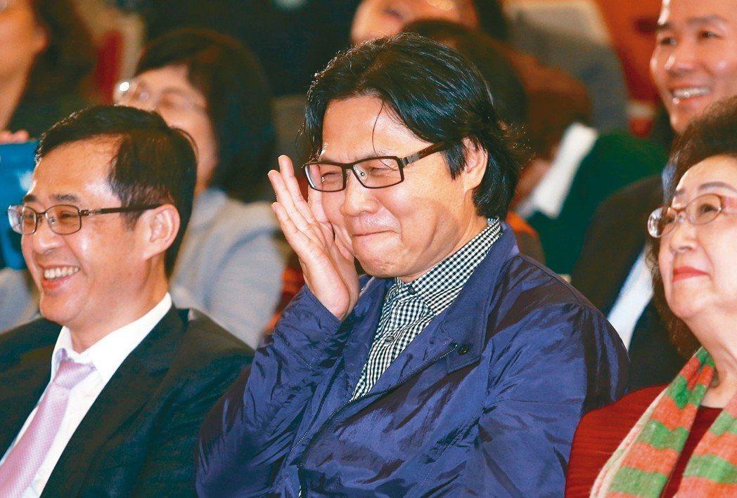 教育部昨天歡送葉俊榮(右),許多校長到場力挺,葉俊榮感性得數度紅了眼眶,左為姚立...
