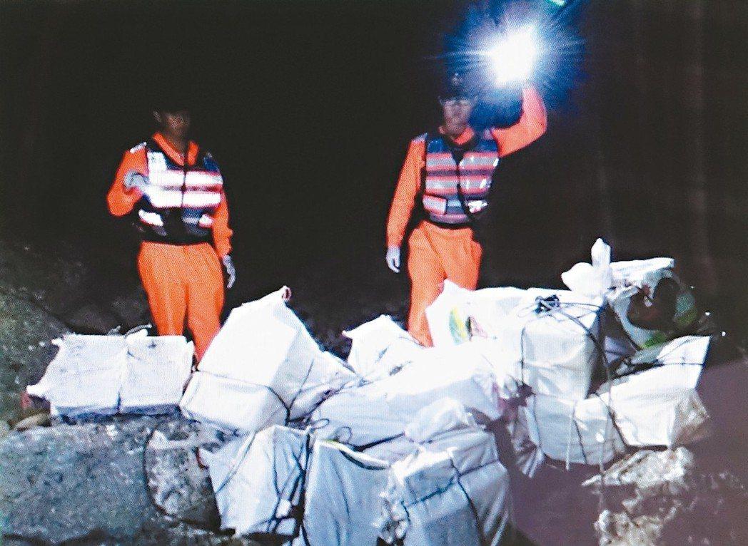 販毒集團利用選舉期間的黑夜,在海上丟包接駁,遭到查緝。 記者翁禎霞/翻攝