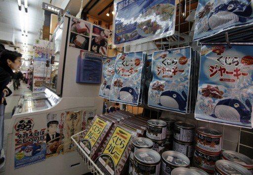 東京阿美橫町的鯨肉專賣店,販賣項目眾多。 (美聯社)