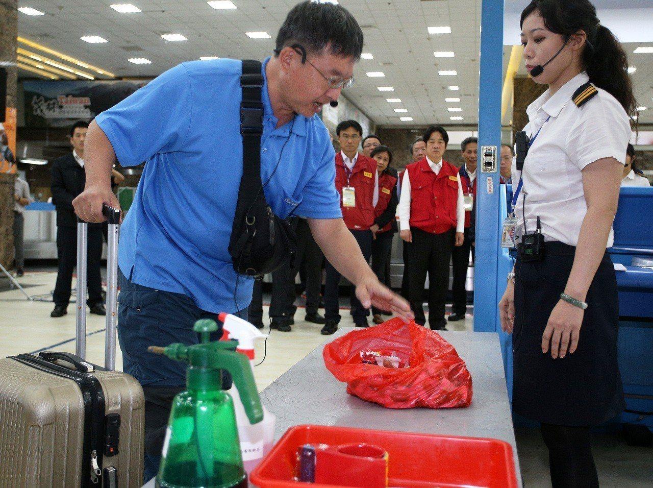 行政院長賴清德昨天到小港機場視察非洲豬瘟防堵演練。 記者劉學聖/攝影