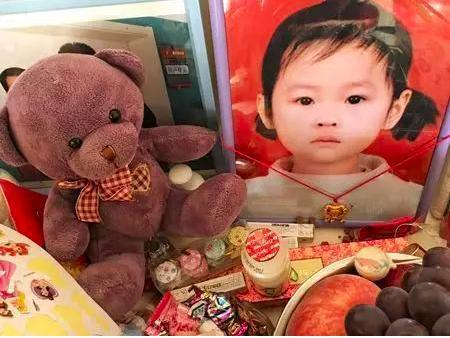 周洋遺照,旁邊放有她喜歡的玩具和零食。 圖/翻攝自微信公眾號「丁香醫生」