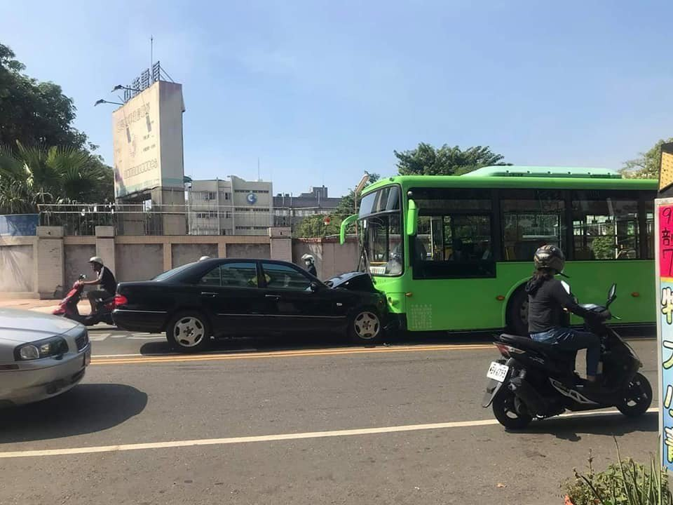 高雄吳姓老翁疑精神狀況不佳,開車越過雙黃線,迎面撞上對向公車。 記者張媛榆/翻攝