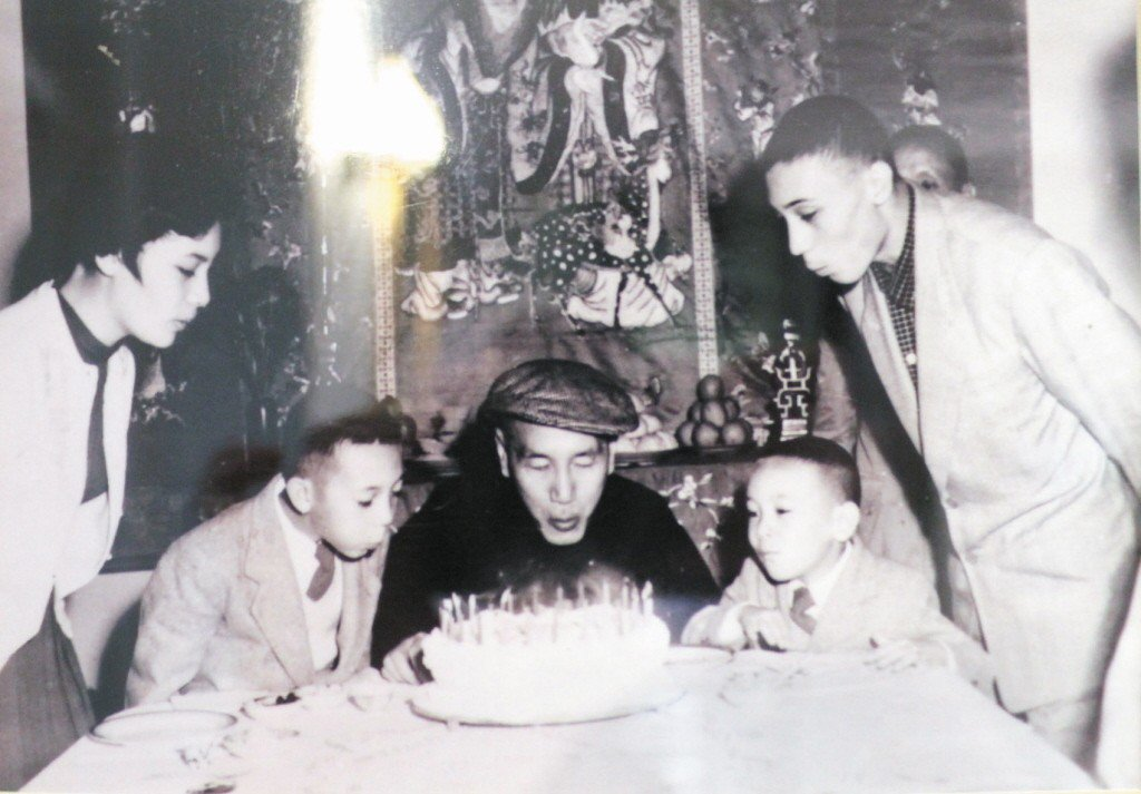 蔣中正(中)過生日吹蠟燭。 圖/記者翻攝