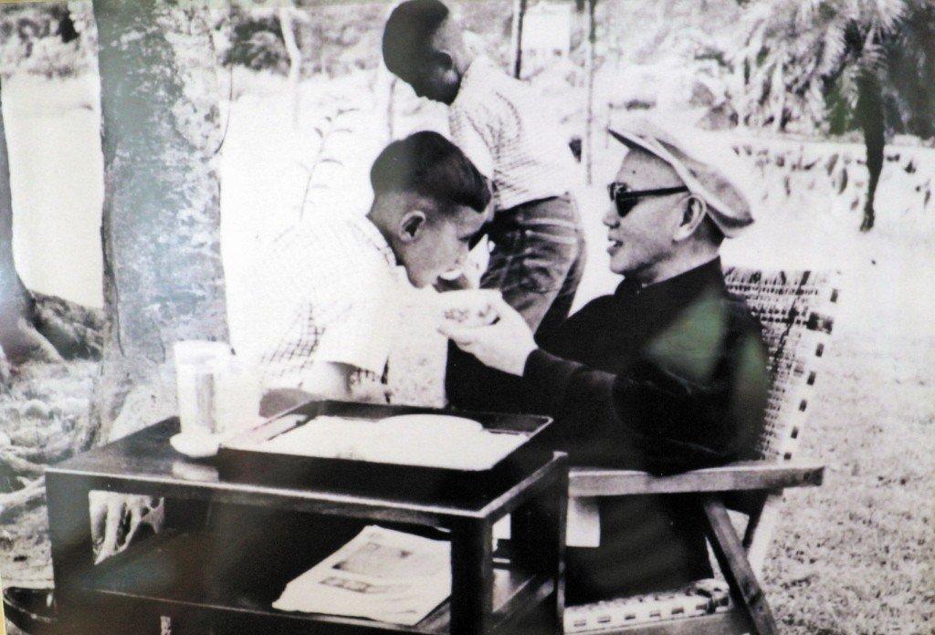 蔣中正(右)餵孫子吃飯。 圖/記者翻攝