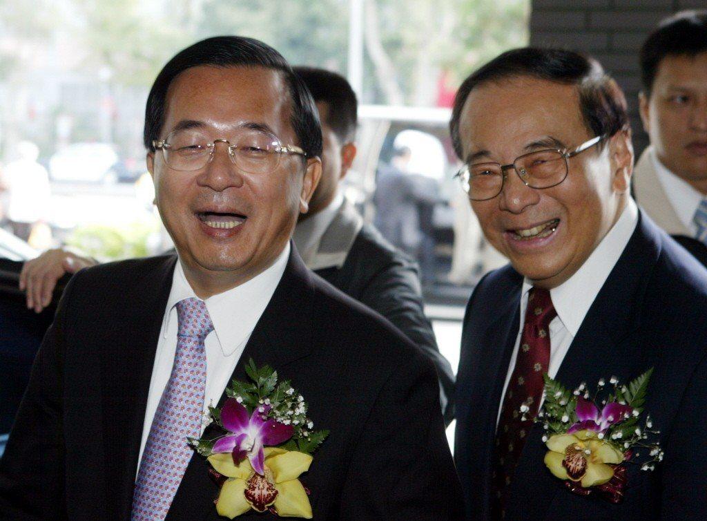 2007年年底,時任總統的陳水扁(左)與行政院長張俊雄出席國家講座主持人和學術得...