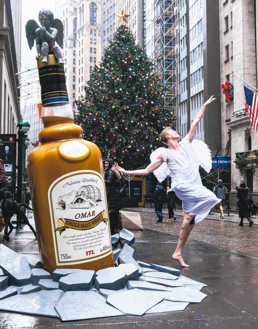 OMAR單一麥芽威士忌以「天使無法擋」的概念,巧作巨型仿真酒瓶,在美國知名地標巡...