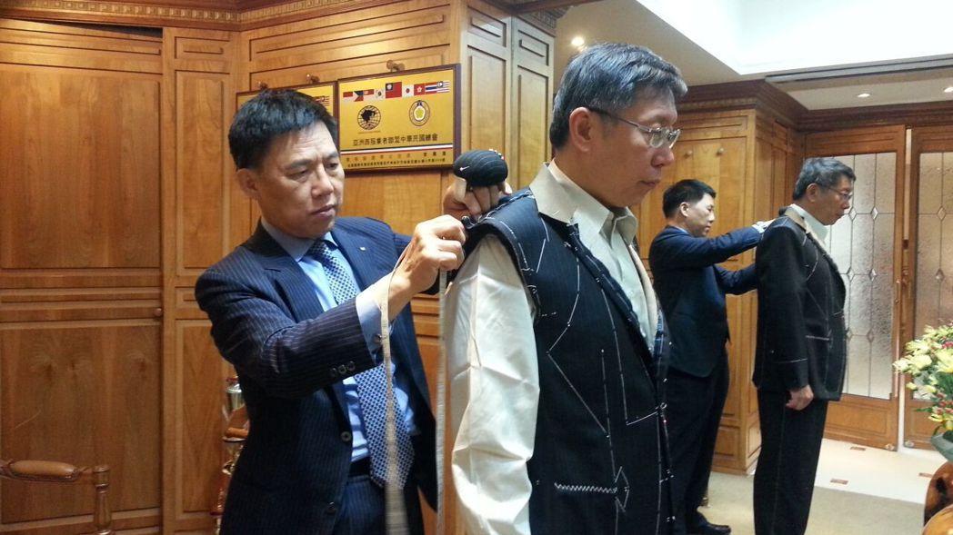 紳裝董事長李萬進(左)親自為臺北市長柯文哲量身訂製  業者/提供