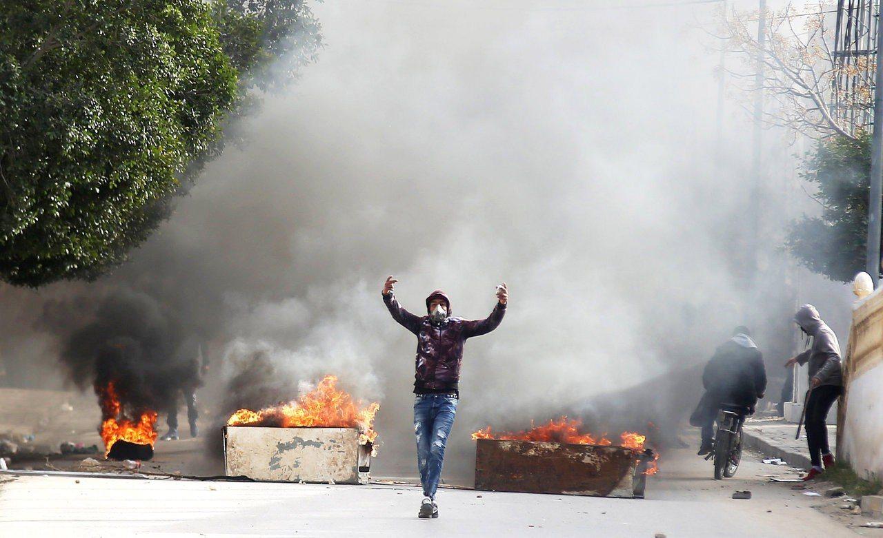 突尼西亞記者自焚,抗議國家貧困。 路透