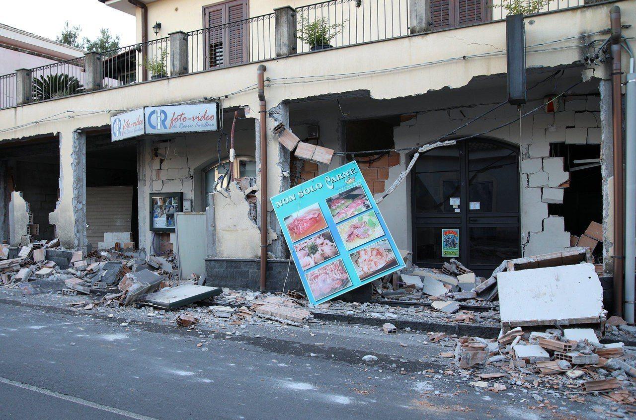 義國埃特納火山震傷30人。 路透