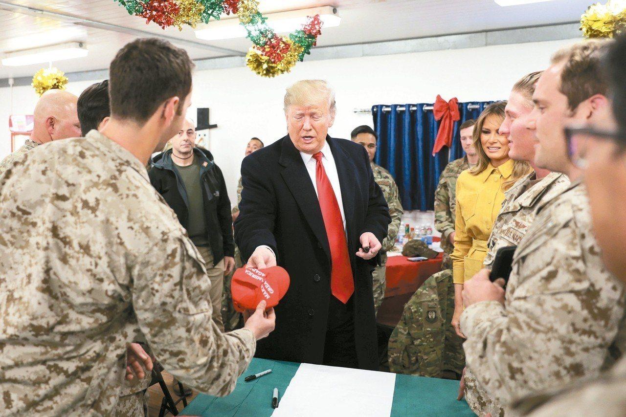 美國總統川普夫婦赴伊拉克勞軍,受到熱情歡迎。 路透